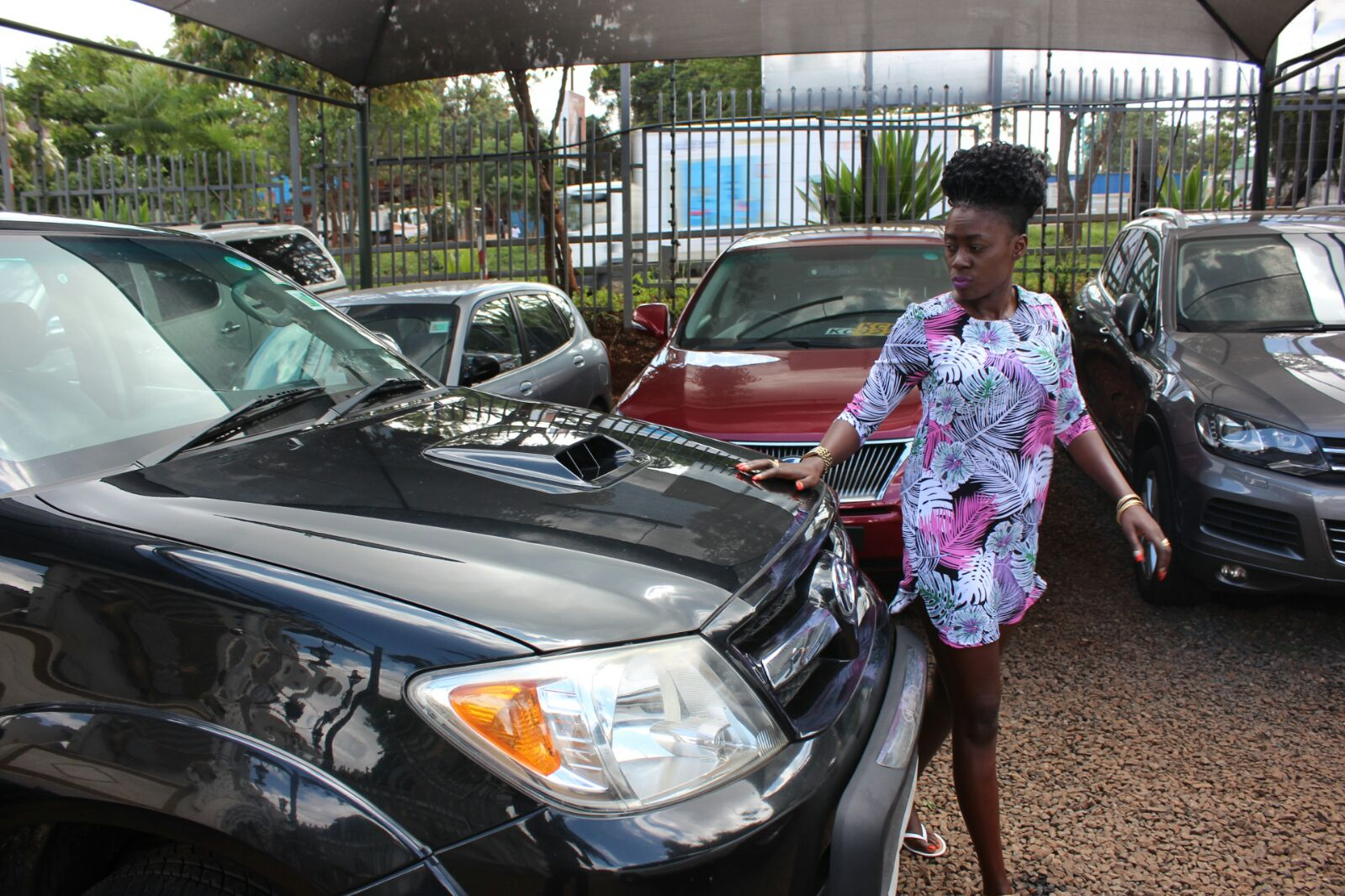 female kenyan star pictured with a mercedes benz sls. Black Bedroom Furniture Sets. Home Design Ideas