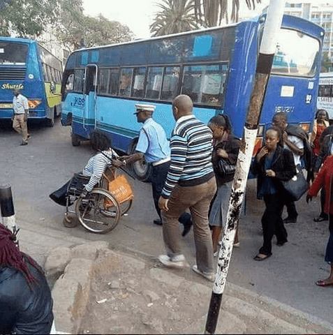 policeman - Si Wote Wabaya! This Touching Photo Of Traffic Police Helping Woman Cross Busy Road Will Leave You In Tears