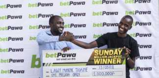 Lucky punter Lawy Munene from Meru displays his winner's cheque after winning betPawa jackpot last weekend /COURTESY