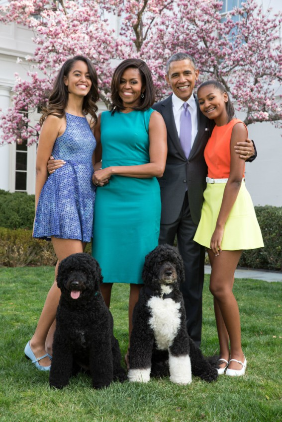 President_Barack_Obama_First_Lady_Michelle_Obama_and_daughters_Malia_and_Sasha_pose_for_a_family_portrait_with_Bo_and_Sunny_in_the_Rose_Garden_of_the_White_House
