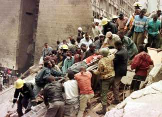 Rescue workers and firemen remove bodies from rubble near the US Embassy in Nairobi after the twin bombings on August 7, 1998 /FILE
