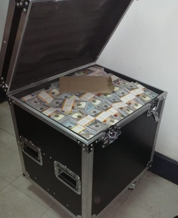 D2DCN93W0AE0JkZ - Watajua hawajui! Suspects who were arrested for 20M fake dollars at Barclays