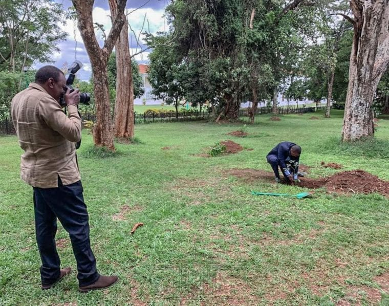 uhuru raking picture of State House staff e1558708337511 - You will like President Uhuru's 'side hustle'
